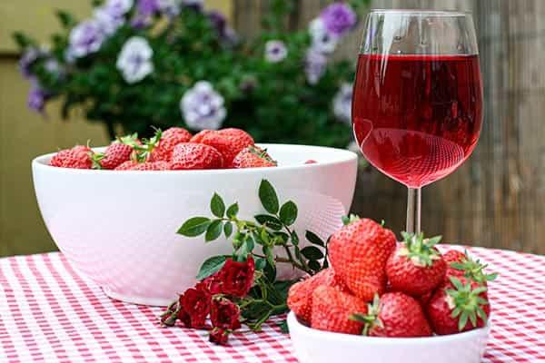vino rosado fresas